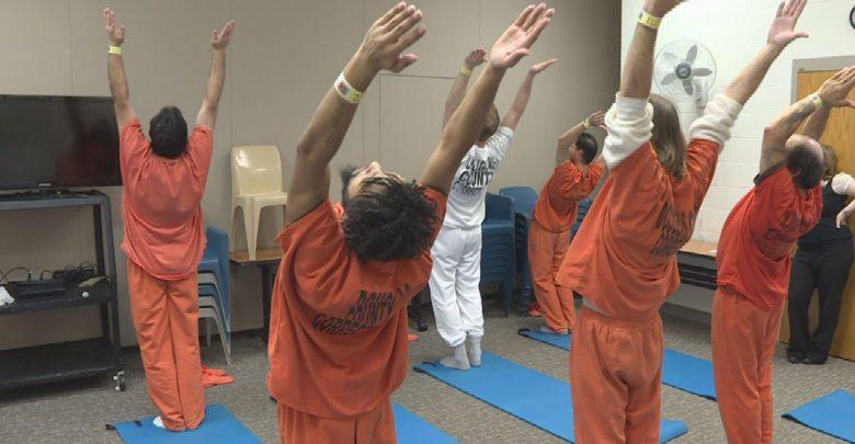 جلسات يوجا للسجناء