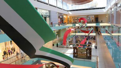 Photo of تركيب الألوان العائمة الفني في دبي مول