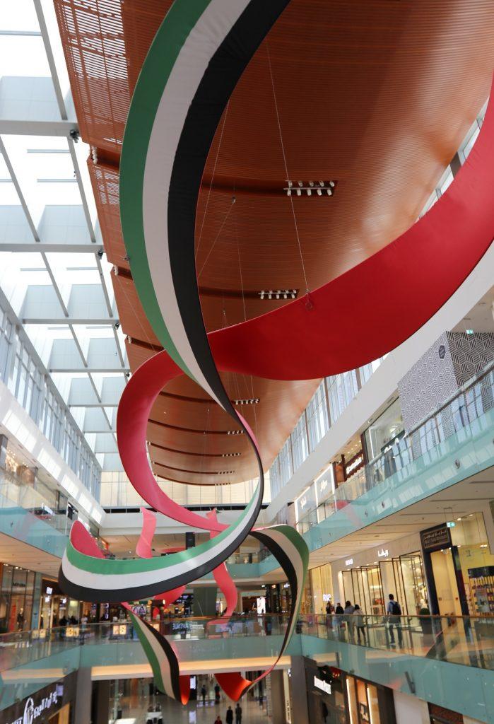 تركيب الألوان العائمة الفني في دبي مول