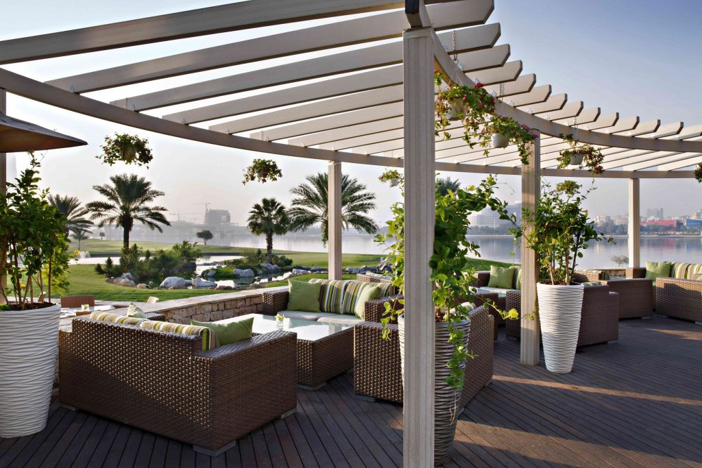 مطعم ليك فيو في نادي خور دبي للجولف واليخوت