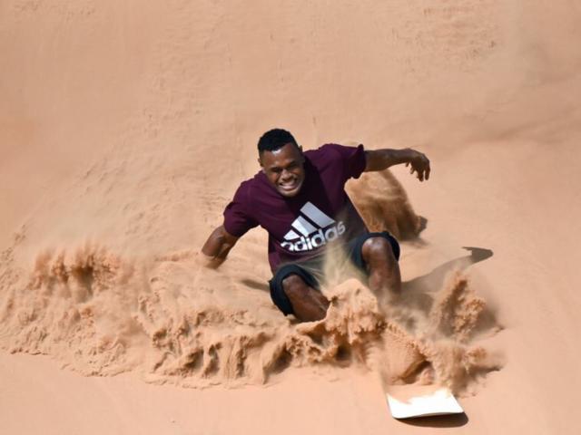 صور تذكارية للتزلج على الرمال Sand boarding selfie