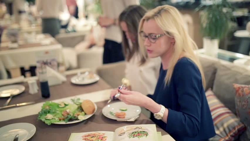 أفضل عروض أمسيات السيدات في مطاعم دبي خلال شهر نوفمبر