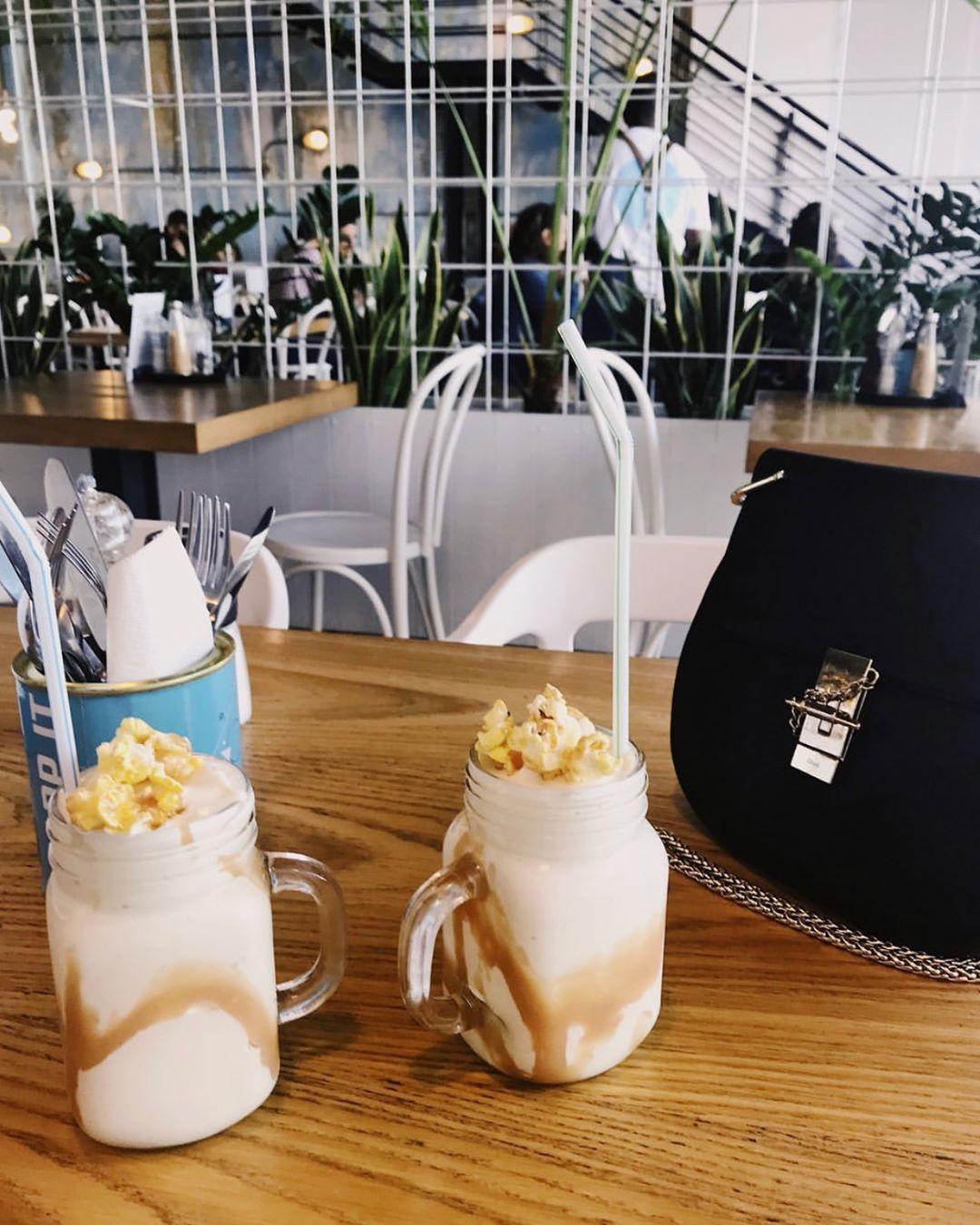 ميلك شاك زبدة الفول السوداني Salted Caramel & Peanut Butter Milkshake