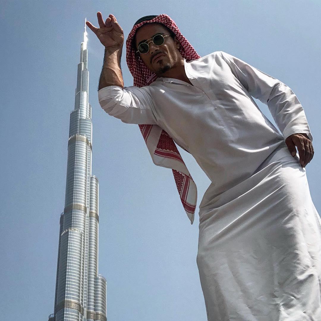صورة نصرت مع برج خليفة المثيرة للجدل