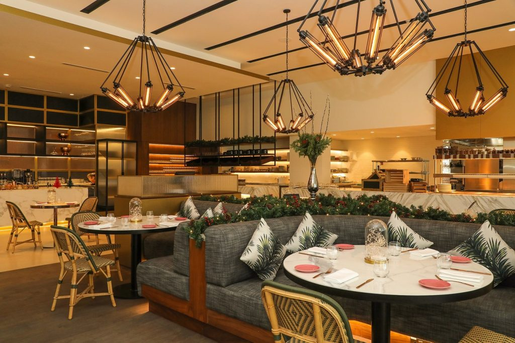 مطعم هيل هاوس براسيري في نادي دبي هيلز للجولف