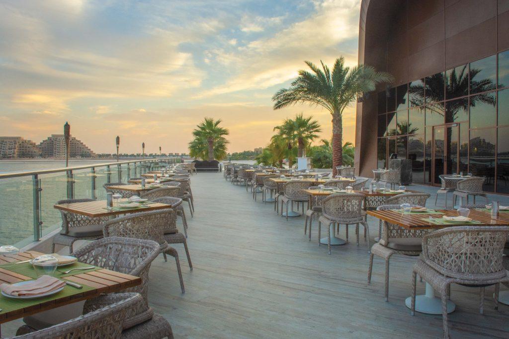 مطعم مازا في منتجع وسبا دبل تري من هيلتون جزيرة المرجان