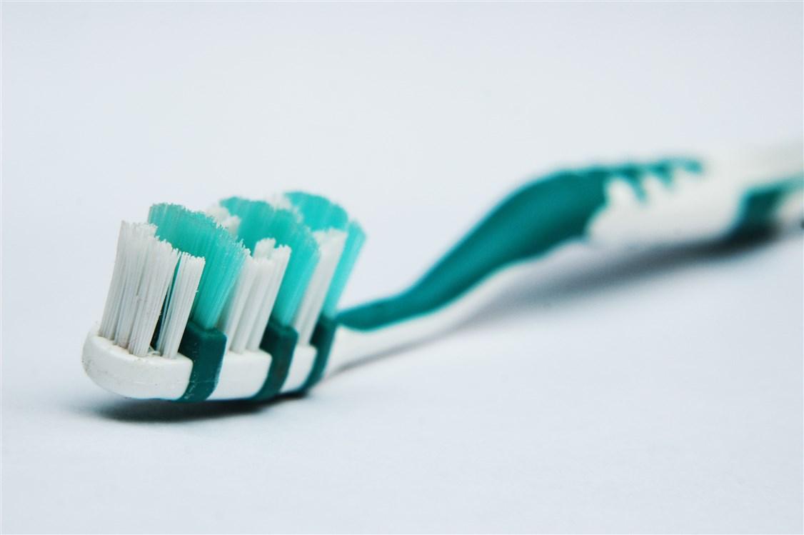 تنظيف فرشاة الأسنان