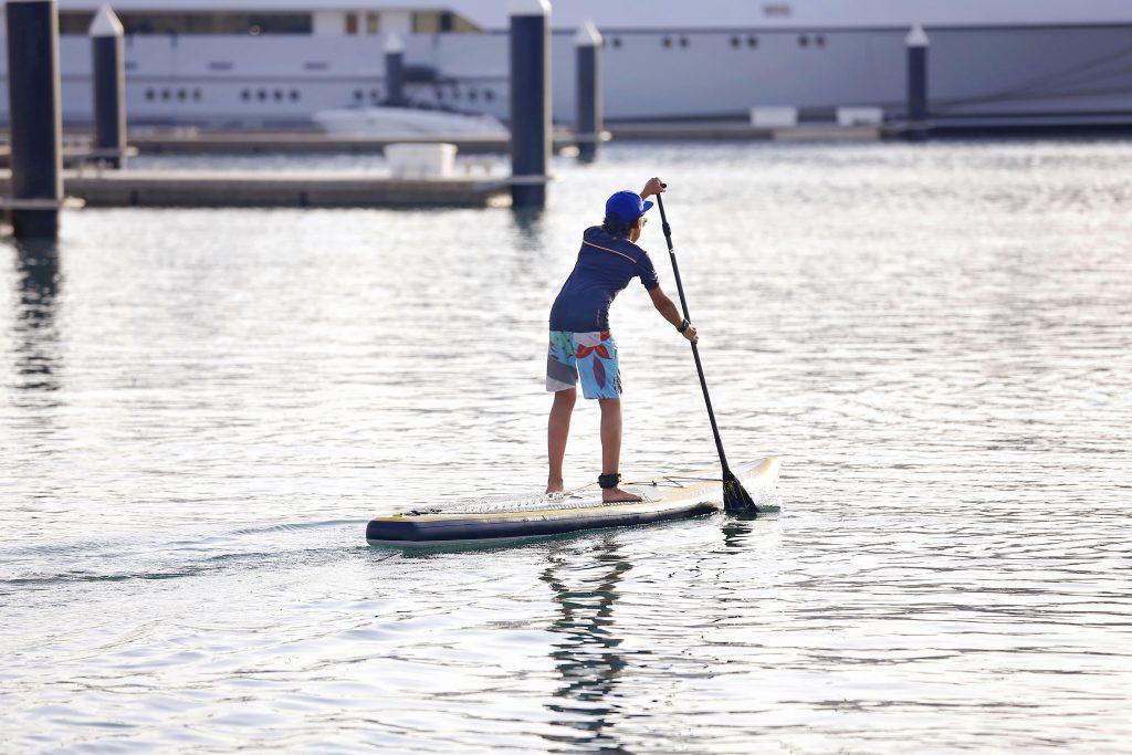 دروس رياضة التجديف على الألواح المائية في مرسى ياس مارينا
