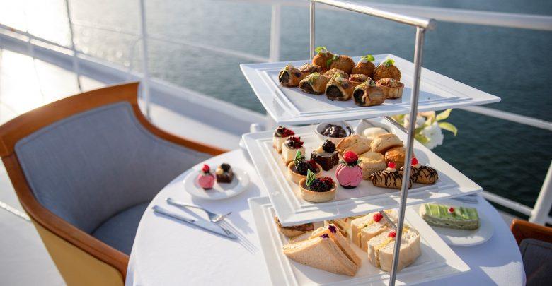 وجبة شاي بعد الظهر عند مقدّمة سفينة كوين إليزابيث 2