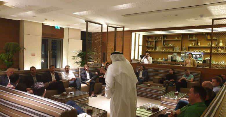 نظرة على المجلس الإماراتي التقليدي في مطعم الرمال السبعة