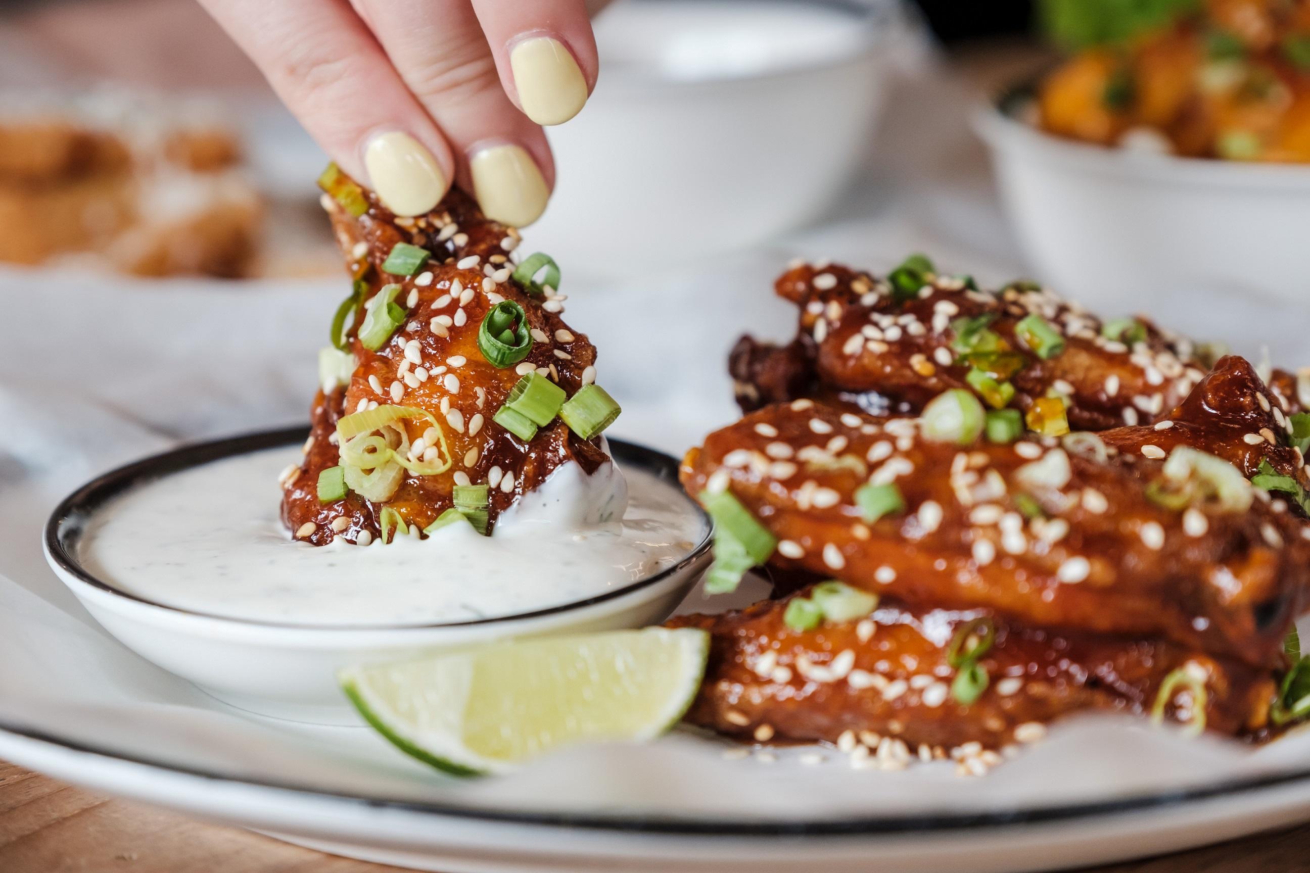 مطعم بلاك تاب يضيف أطباق أجنحة دجاج جديدة الى قائمة طعامه