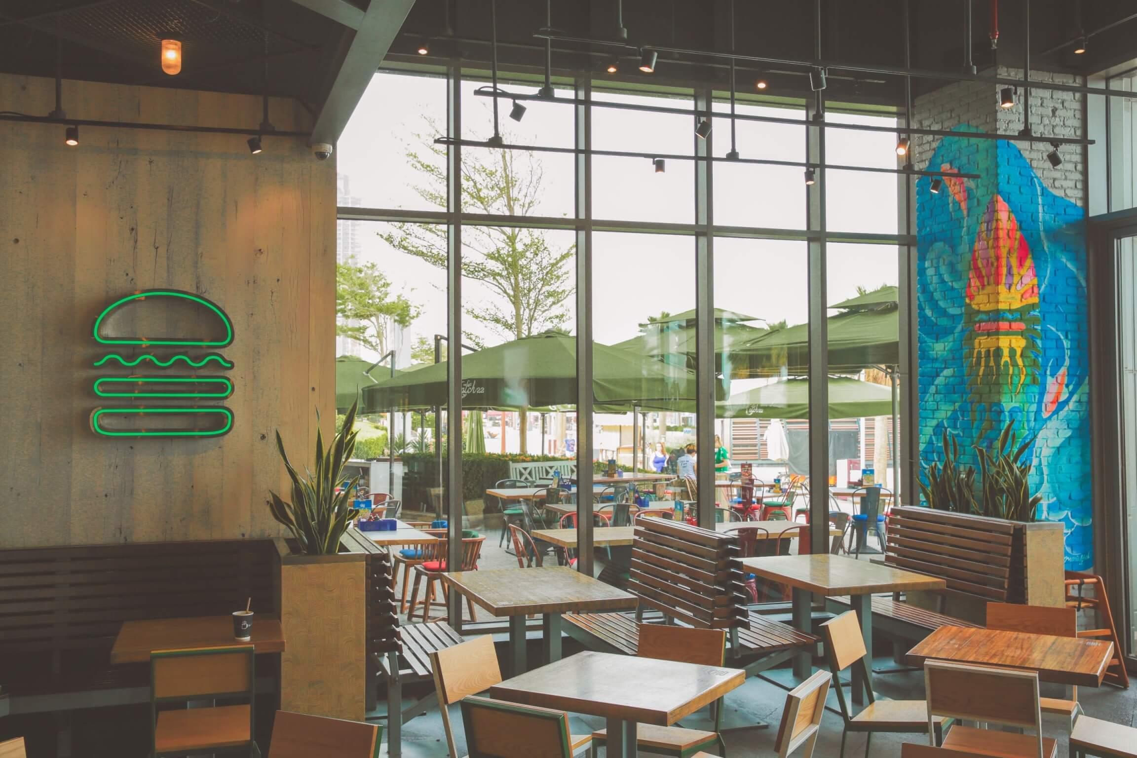 مطعم شيك شاك يتعاون مع فنانيين تشكيليين محليين لتحويل فروعه الى أماكن إبداعية
