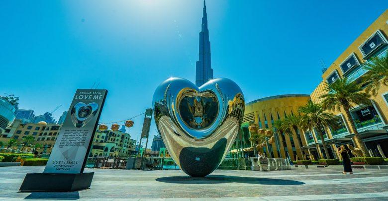 داون تاون تحتضن نسخة أضخم من تمثال LOVE ME للفنان ريتشارد هادسن