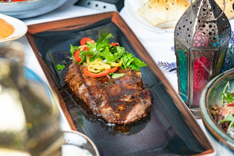 مطعم أوبا يقدم البرانش اليوناني السخي على طريقة ميكونوس