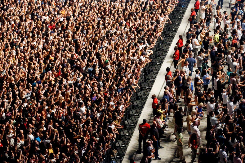 فرقة مارون 5 تعبر عن إعجبابها بصالة كوكاكولا أرينا حيث أحيت حفلها الأسطوري
