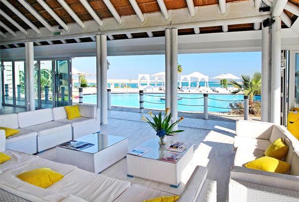 مطعم يتميز بإطلالات بانورامية على أفق دبي وعبر جزر العالم الأخرى