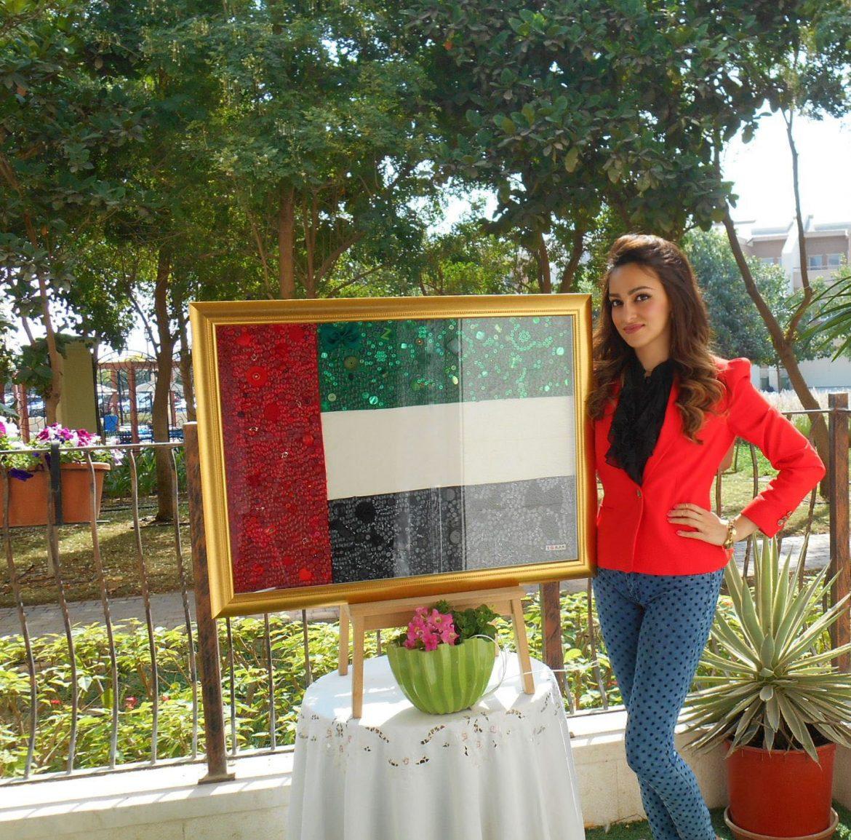 علم الإمارات مزين بمئات الأزرار احتفالاً بالعيد الوطنى