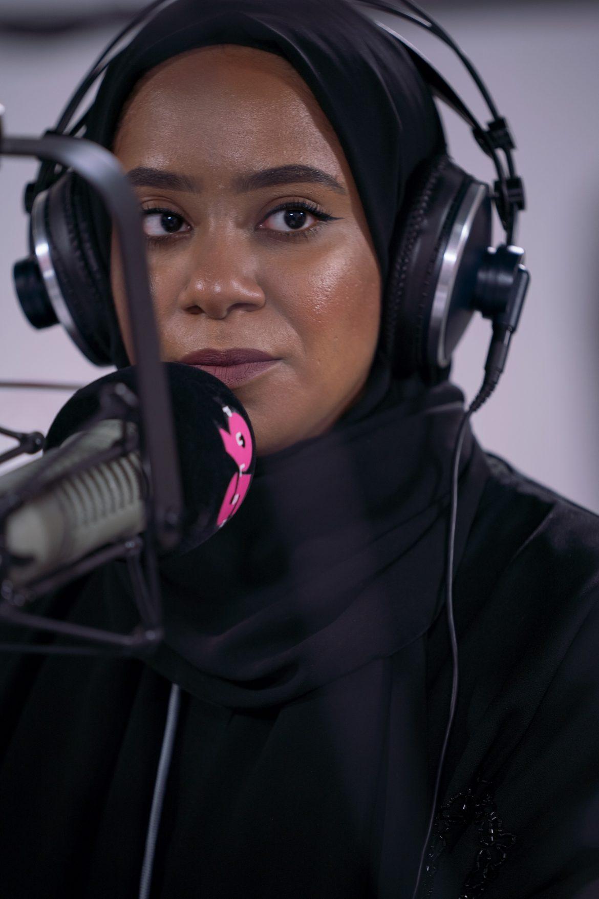 المذيعة الإماراتية عائشة المازمي