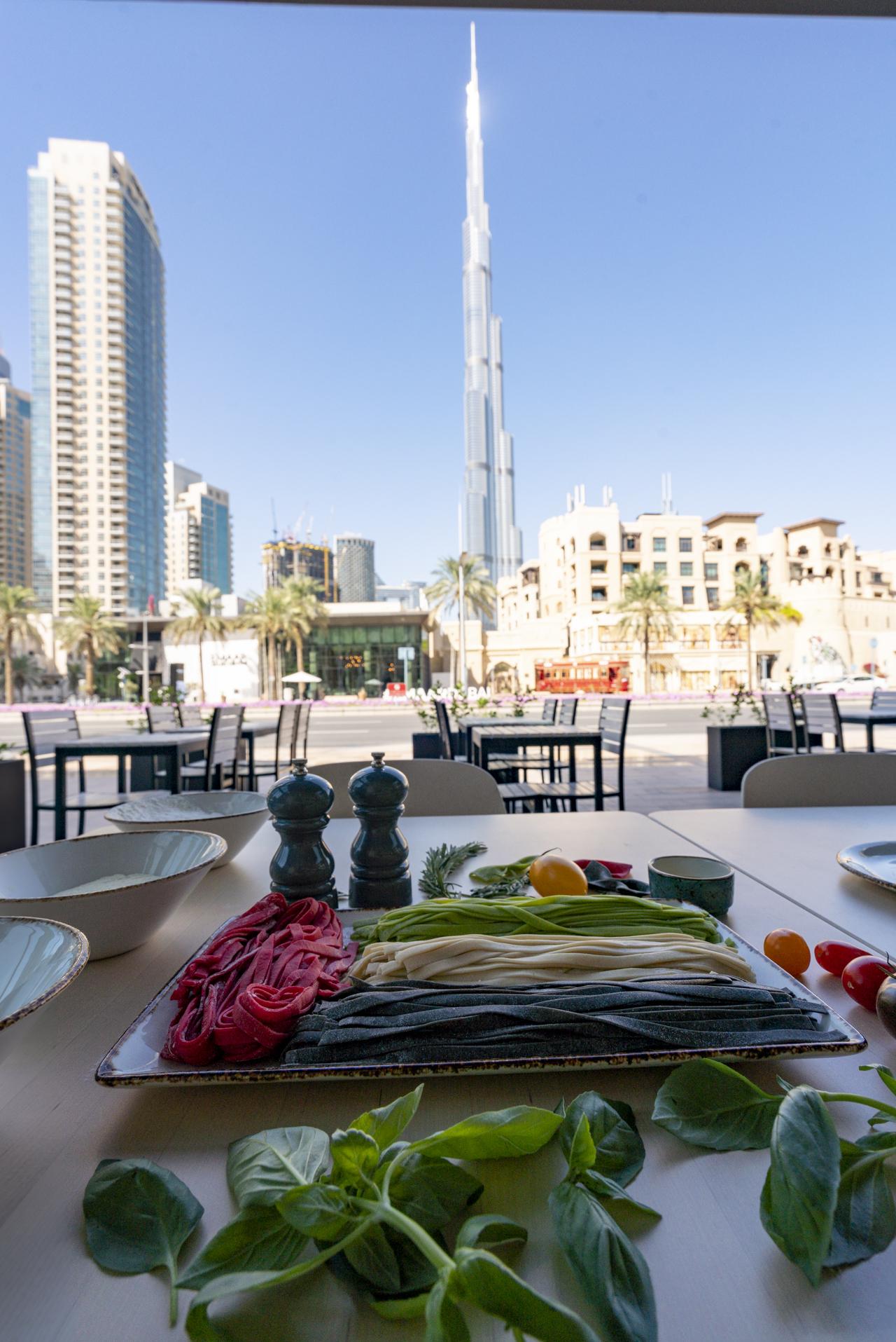 أصناف الطعام بلون العلم الإماراتي في مطعم كاباتسو (2)