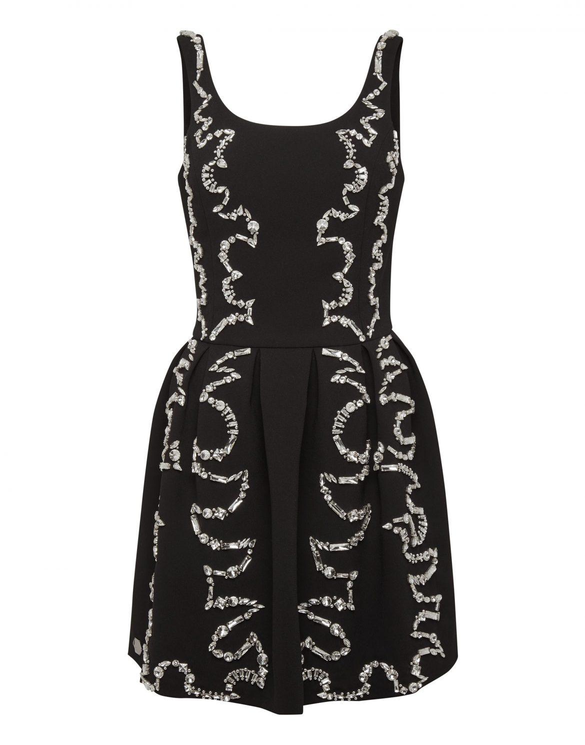الفستان الأسود القصير المزيّن بالترتر البرّاق