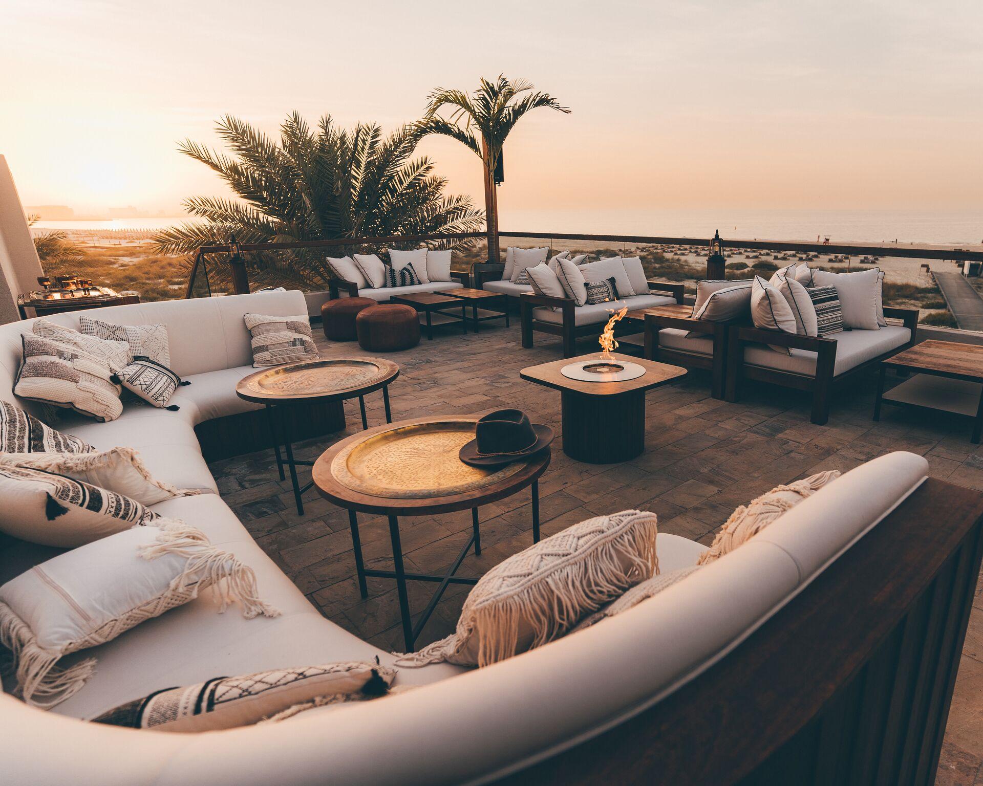 لاونج شاطئي بوهيمي الطراز في أبوظبي