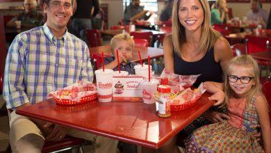 صورة مطعم فريديز فروزن كاسترد وستيك برغرز يقدم وجبات مجانية للأطفال