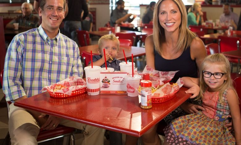 مطعم فريديز فروزن كاسترد وستيك برغرز يقدم وجبات مجانية للأطفال