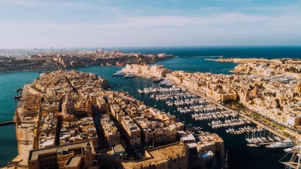 جزيرة مالطا تفتح أبوابها للمسافرين من 15 وجهة جديدة دون إجراءات