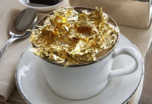 Photo of مقهى لو كافيه يقدم قهوة الكابتشينو المُزدانة برقائق الذهب
