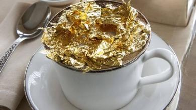 صورة مقهى لو كافيه يقدم قهوة الكابتشينو المُزدانة برقائق الذهب