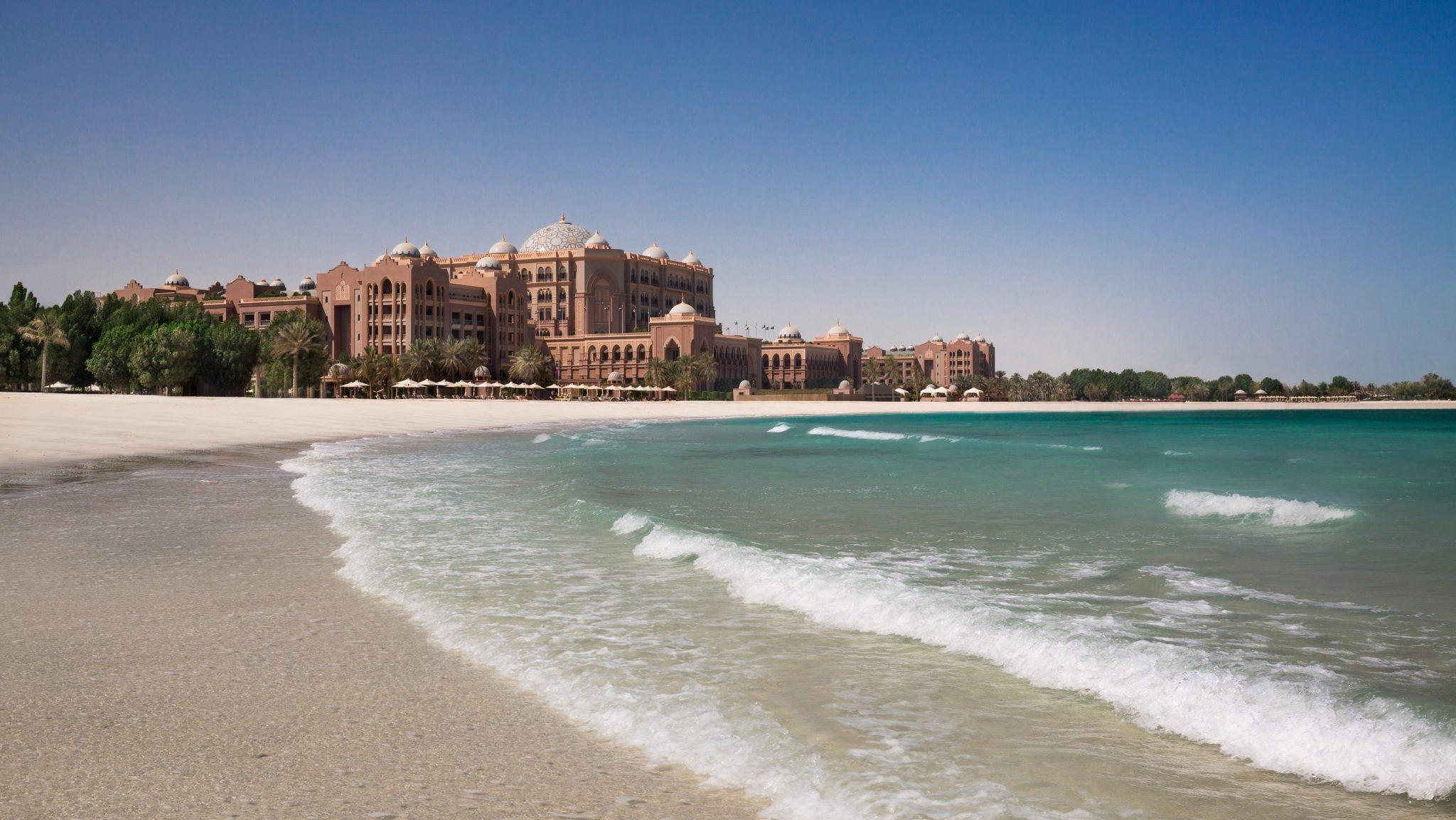 احواض السباحة والبحر الخلاب في قصر الإمارات المكان الأمثل للاسترخاء