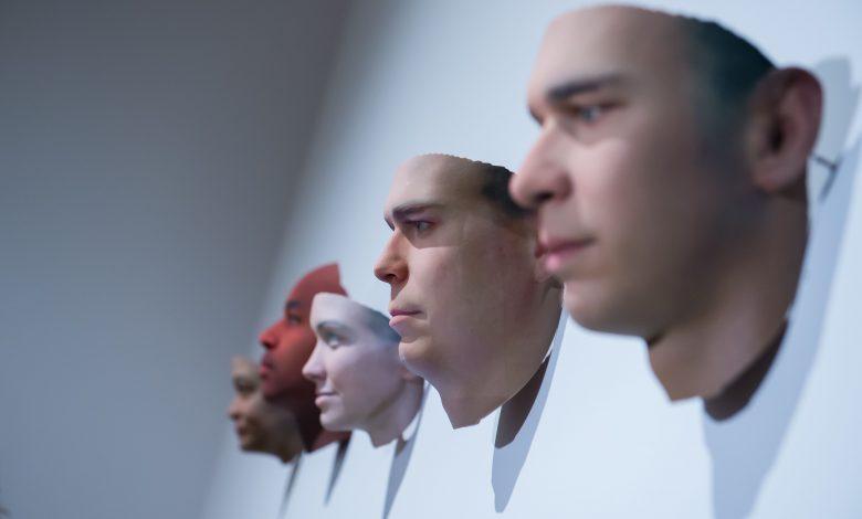 صور من معرض الخيوط الخفية التكنولوجيا ومفارقاتها