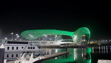 فندق دبليو في جزيرة ياس يضيء بألوان العلم السعودي